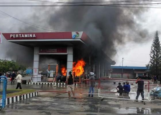 Nusabali.com - mobil-terbakar-saat-isi-bensin-2-orang-luka