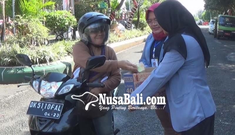 www.nusabali.com-pemuda-jembrana-peduli-lombok-menggalang-sumbangan-di-jalan