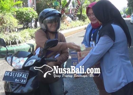 Nusabali.com - pemuda-jembrana-peduli-lombok-menggalang-sumbangan-di-jalan