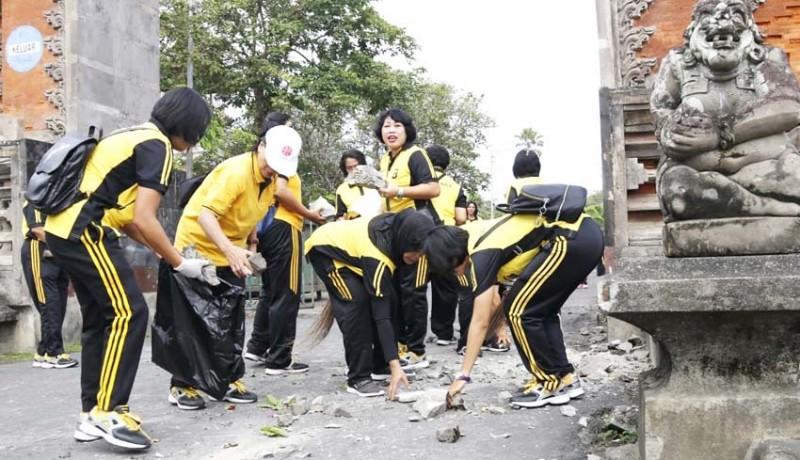 www.nusabali.com-puluhan-polwan-bersih-bersih-art-centre