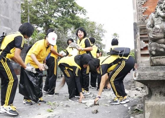 Nusabali.com - puluhan-polwan-bersih-bersih-art-centre