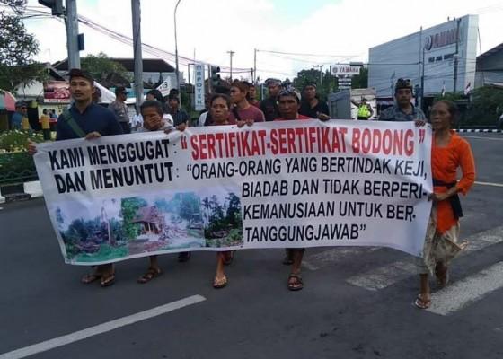 Nusabali.com - warga-tegal-jambangan-datangi-pn-gianyar