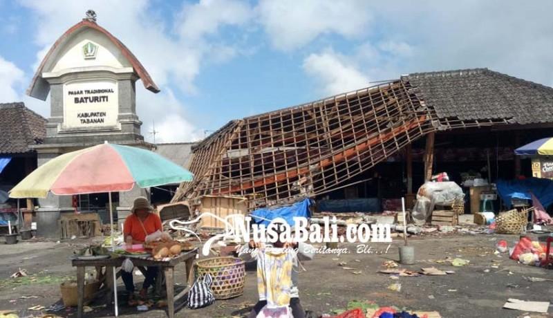 www.nusabali.com-pasar-baturiti-ambruk-karena-gempa-pedagang-berjualan-di-areal-parkir