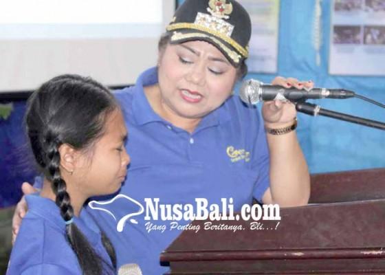 Nusabali.com - bupati-ajak-siswa-sd-gemar-makan-ikan
