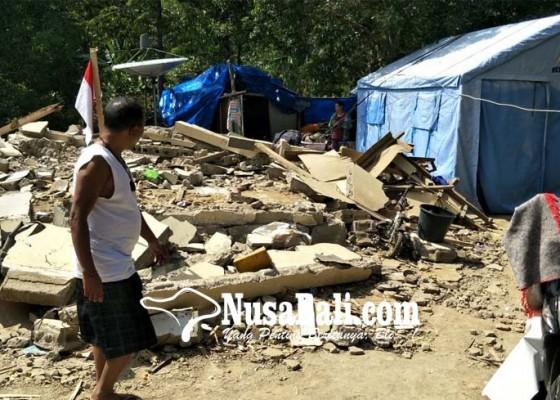 Nusabali.com - 7-kk-korban-gempa-dari-desa-pakisan-ngungsi-dalam-satu-tenda