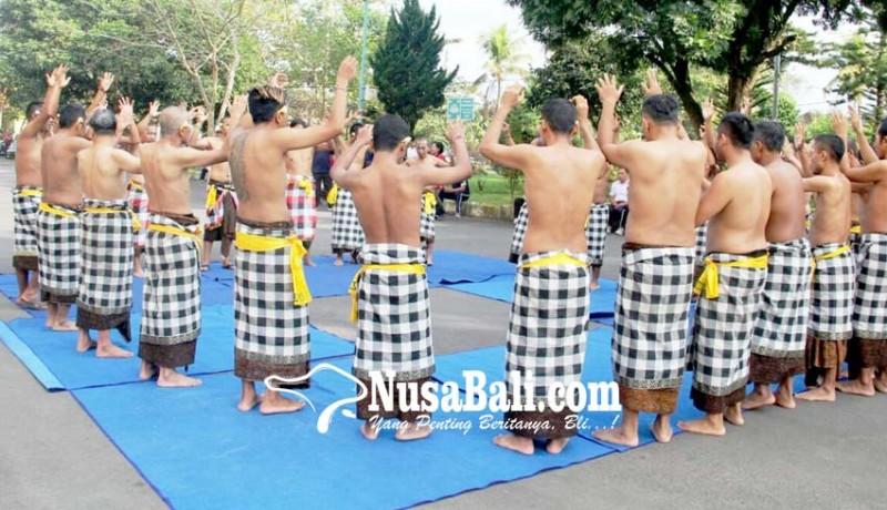 www.nusabali.com-seru-pasien-odgj-menari-kecak-di-rsjp-bangli