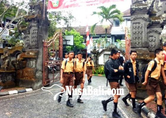 Nusabali.com - polisi-misterius-larikan-ponsel-siswa