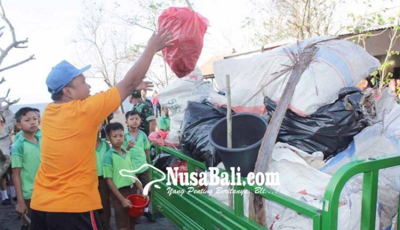 www.nusabali.com-pantai-bugbug-dipenuhi-sampah-plastik