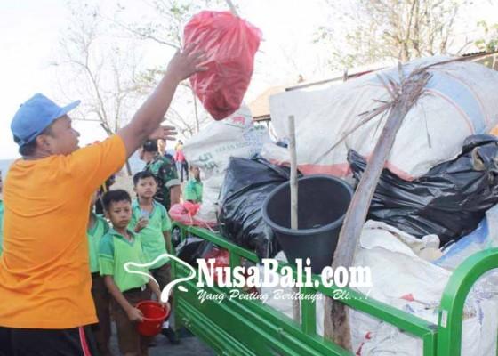 Nusabali.com - pantai-bugbug-dipenuhi-sampah-plastik