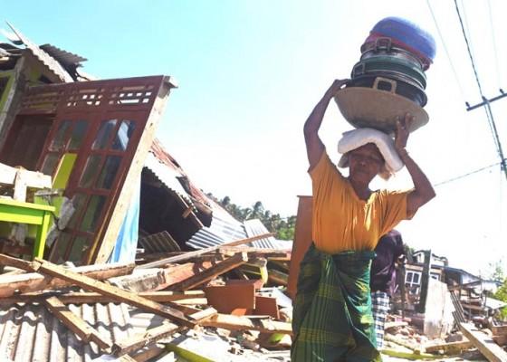 Nusabali.com - korban-gempa-selamatkan-barang