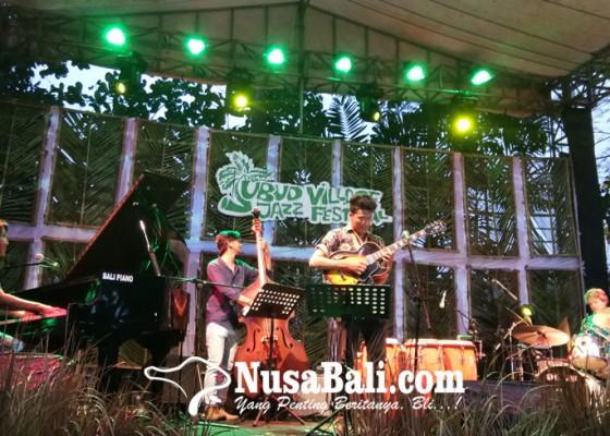 Nusabali.com - nita-aartsen-dan-eurasian-project-sukses-ajak-pengunjung-mekecakan-di-tengah-hujan