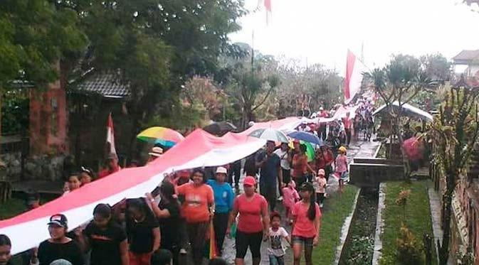 www.nusabali.com-warga-desa-geluntung-arak-kain-merah-putih-sepanjang-73-meter