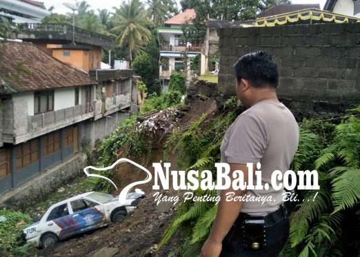 Nusabali.com - tembok-lapangan-polres-bangli-roboh