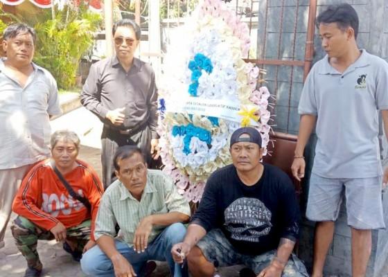 Nusabali.com - kpu-bali-dihadiahi-karangan-bunga