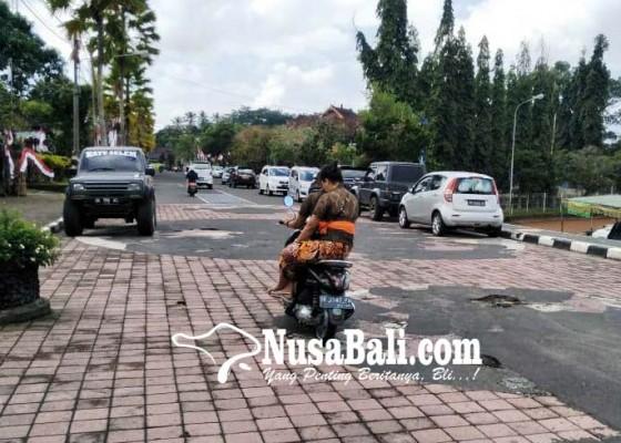 Nusabali.com - jalan-menuju-rj-bupati-berlubang