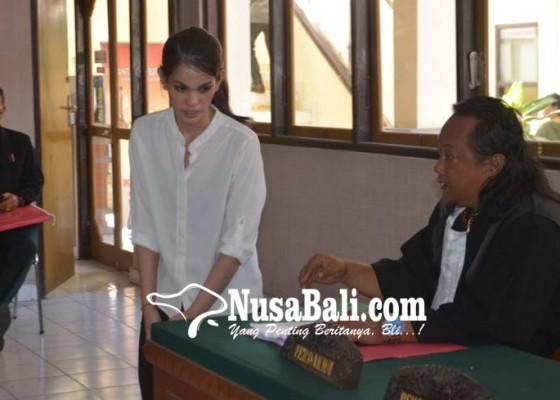 Nusabali.com - mantan-pramugari-cantik-dituntut-3-tahun