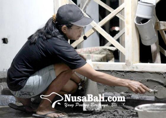 Nusabali.com - buruh-bangunan-membuat-haru