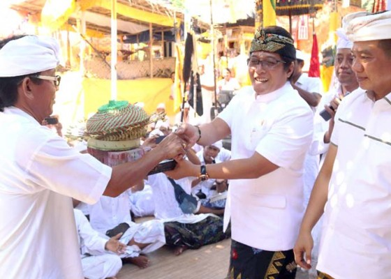 Nusabali.com - bupati-serahkan-dana-aci-rp-500-juta
