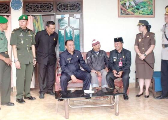 Nusabali.com - bupati-dan-wabup-bangli-kunjungi-puluhan-veteran