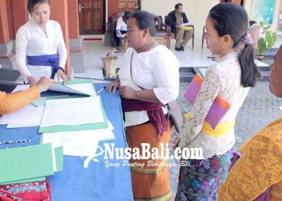 Nusabali.com - serati-dan-pamangku-terima-bantuan-pakaian