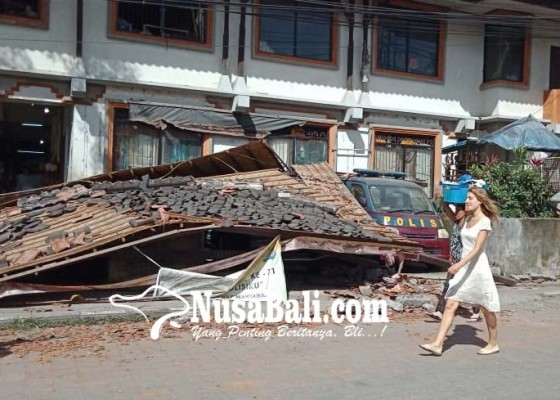Nusabali.com - digoyang-gempa-garasi-di-pasar-ubud-ambruk