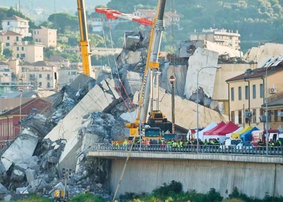 Nusabali.com - jembatan-layang-di-italia-ambruk