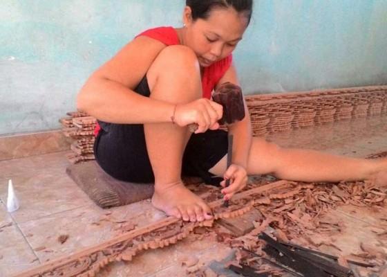 Nusabali.com - perempuan-di-banjar-tegal-jago-buat-ukiran-kayu