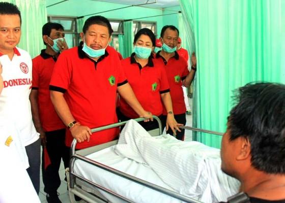 Nusabali.com - berbagi-kebahagiaan-hut-kota-bupati-artha-kunjungi-pasien-kelas-iii