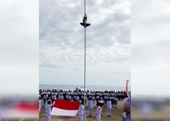 Nusabali.com - panjat-tiang-bendera-saat-upacara-hut-ri