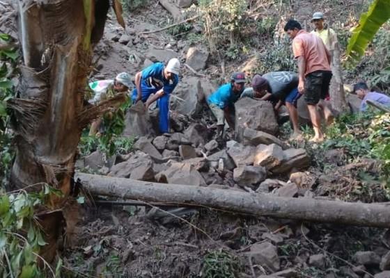 Nusabali.com - bukit-di-desa-les-longsor-oleh-gempa