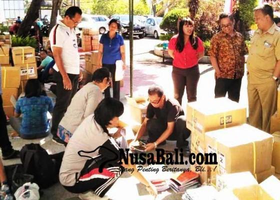 Nusabali.com - 45-sd-di-buleleng-terima-bantuan-buku