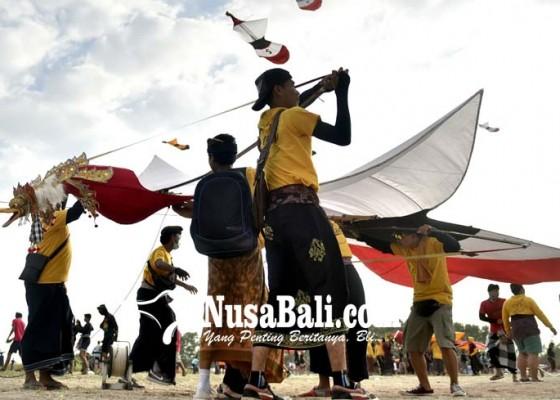 Nusabali.com - ratusan-layang-layang-berebut-tiket-ke-italia