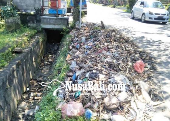 Nusabali.com - sampah-menumpuk-di-pinggir-jalan