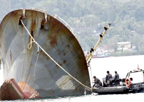 Nusabali.com - penenggelaman-kapal-ikan-ilegal-di-ambon