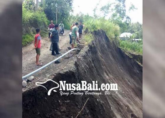 Nusabali.com - bukit-paon-longsor-pipa-pdam-jebol