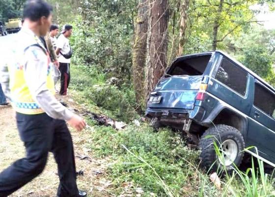Nusabali.com - mobil-nyaris-masuk-jurang-di-kintamani