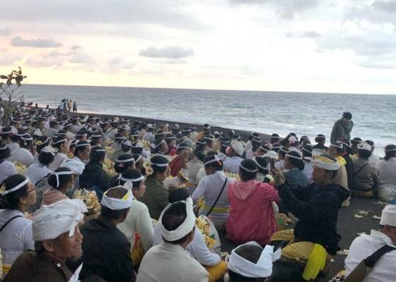 Nusabali.com - jalan-goa-lawah-macet-2-km