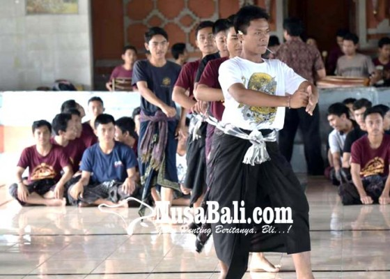 Nusabali.com - 180-siswa-sman-2-semarapura-pentaskan-cak-modern