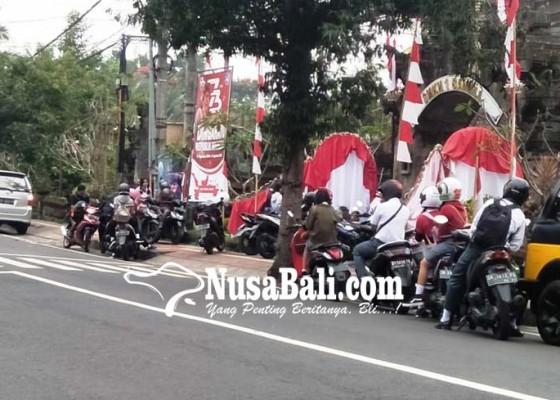 Nusabali.com - puluhan-siswa-ditutupi-gerbang