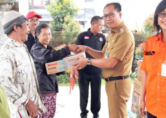 Nusabali.com - wabup-suiasa-serahkan-bantuan-kepada-korban-gempa