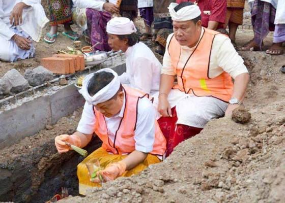 Nusabali.com - rai-mantra-letakkan-batu-pertama-revitalisasi-pasar-kerta-waringin-sari