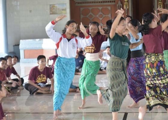 Nusabali.com - sman-2-semarapura-pentaskan-cak-modern