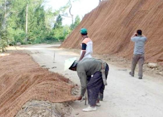 Nusabali.com - cegah-longsor-bpbd-akan-pasang-webbing-jute-dan-rumput-vetiver