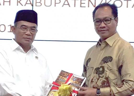 Nusabali.com - wabup-suiasa-serahkan-dokumen-ppkd-ke-kemendikbud-muhadjir-effendy