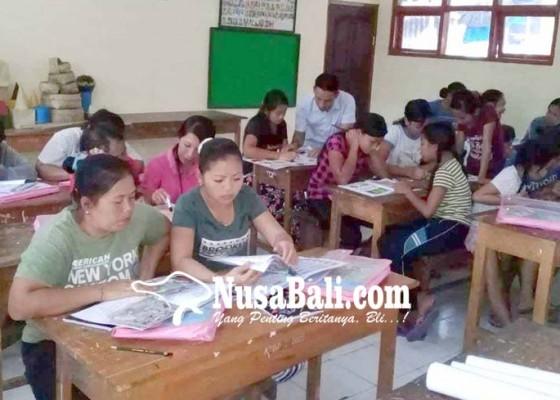 Nusabali.com - peserta-buta-aksara-gemetar-pegang-pulpen