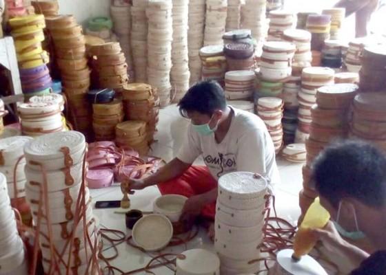 Nusabali.com - kerajinan-tas-roda-dari-lombok