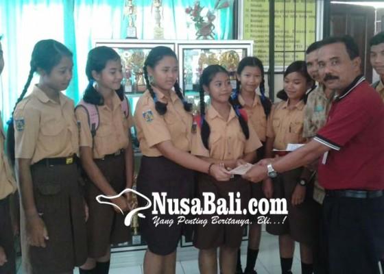 Nusabali.com - smpn-1-banjarangkan-sumbang-korban-gempa-lombok