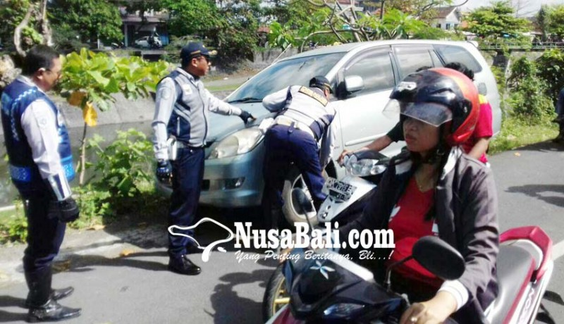 www.nusabali.com-parkir-sembarangan-pentil-ban-dicabut