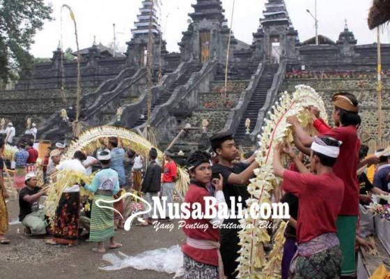Nusabali.com - siswa-ngayah-di-pura-penataran-agung-nangka