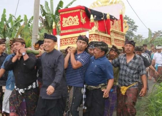 Nusabali.com - penguburan-istri-bupati-diiringi-ratusan-pelayat